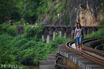 絶壁のそばを通る「アルヒル桟道橋」&クウェー川を眺めながらタイ料理ランチのサムネイル画像